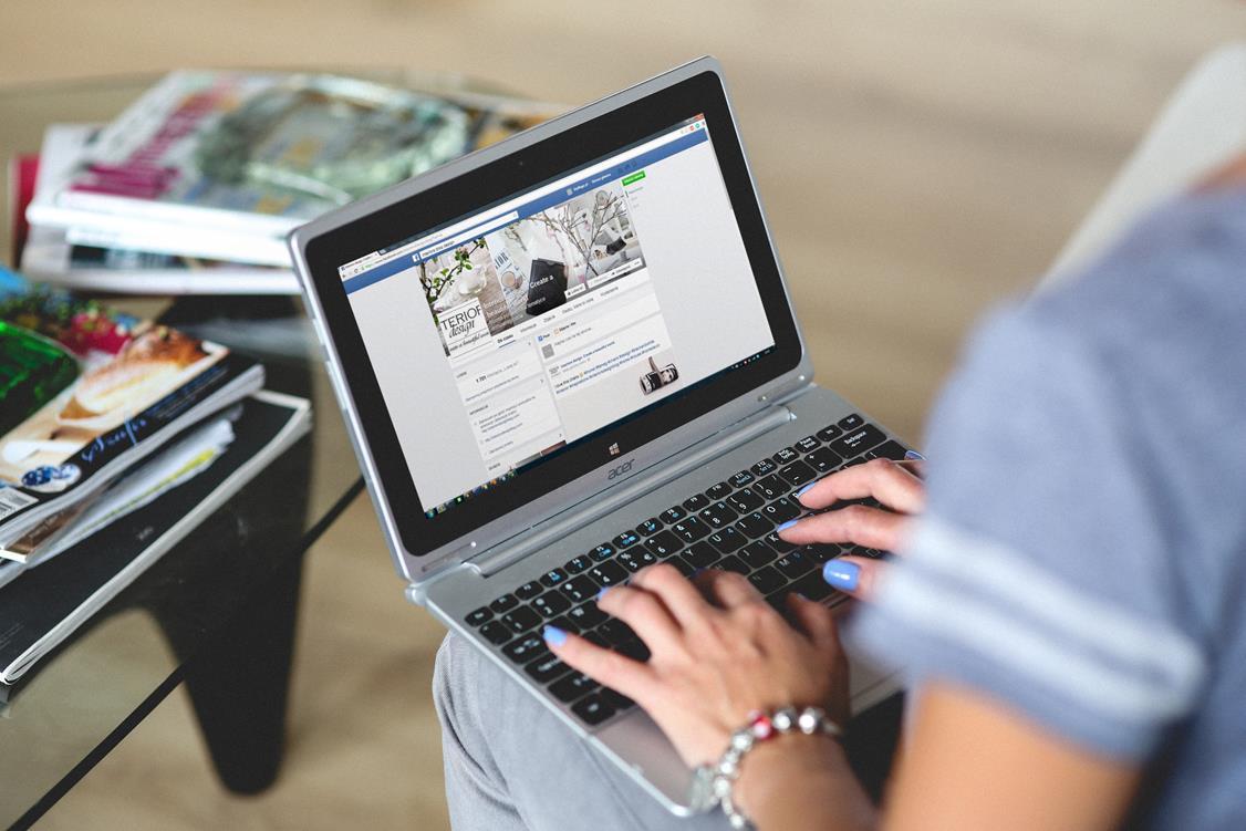 marketing w social media - mężczyzna z laptopem