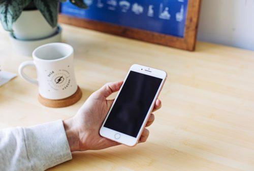 Wyłączony telefon w ręce człowieka