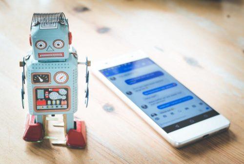 robot i telefon z włączonym czatem facebooka