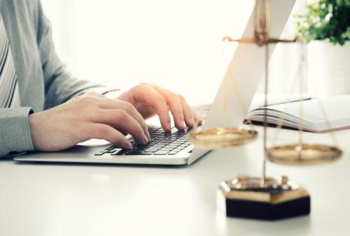 Prawnik pracujący przy komputerze w biurze.